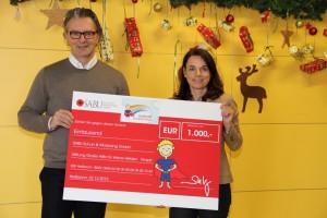 Grund zur Freude: Stephan Krug und Bettina Emde bei der Übergabe des Spendenschecks